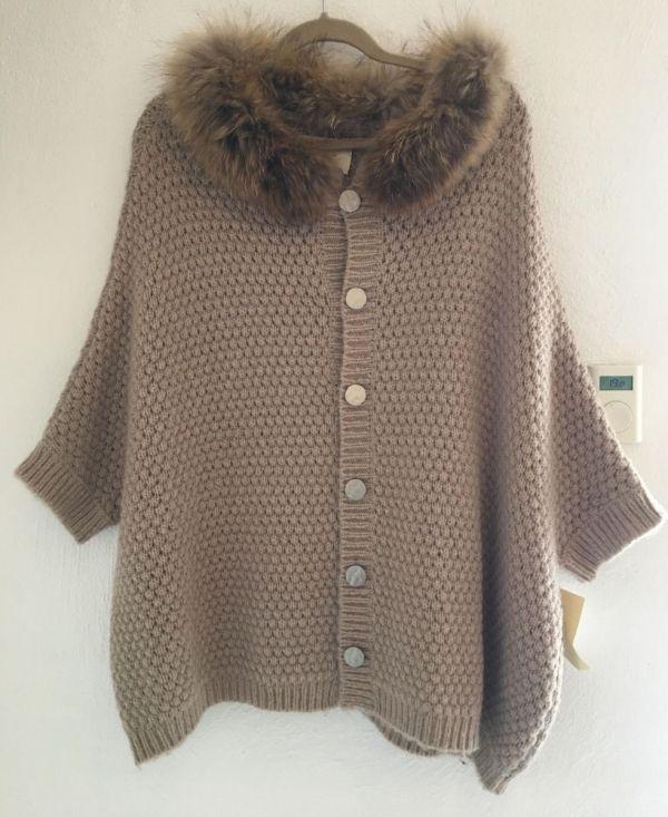 Strik poncho med knapper og vaskebjørns pelskant 30753